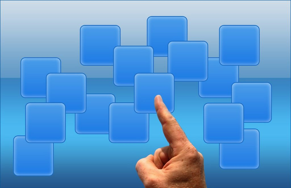 Ein Link gleicht einem Zeigefinger, der auf eine Websites zeigt.